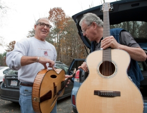 Frank Finocchio discussing his guitars with Irvin Somogyi. photo © Jay Rosenblatt